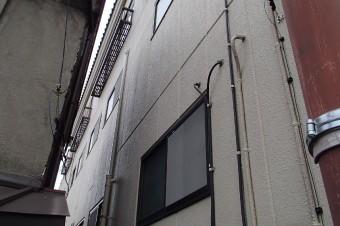 サッシ周辺からの雨漏りが起きた建物の外観