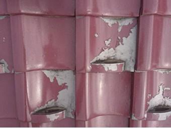 塗装が剥がれた瓦