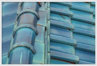棟が歪む=瓦を固定する漆喰の弱り