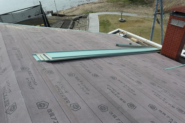 東近江市高木町にて瓦屋根の店舗様の屋根を立平板金葺きに交換