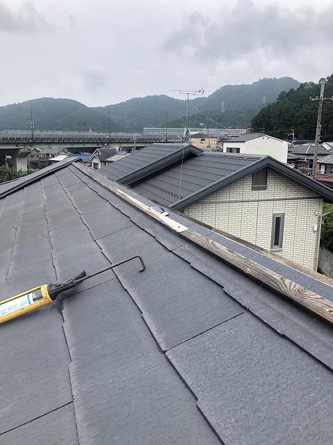 草津市追分町にてスレート屋根の棟板金の修繕工事をしてきました