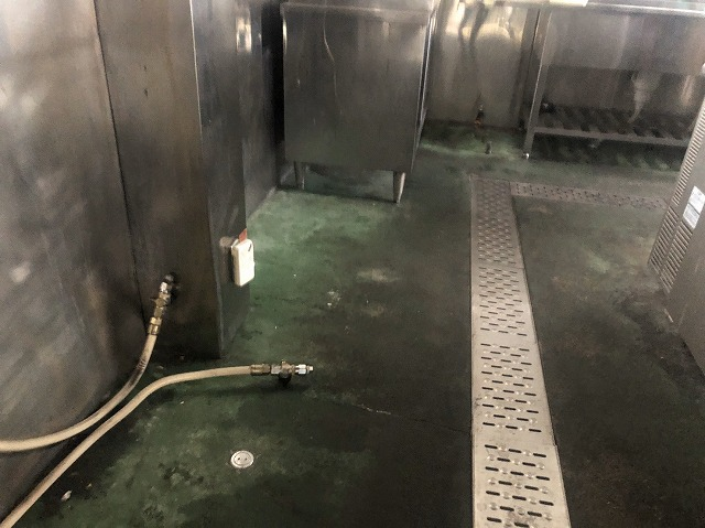 草津市渋川の飲食店舗にて、厨房から水漏れを起こしている為に現調