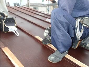 瓦棒屋根のため、屋根材を取り付ける芯木を設置
