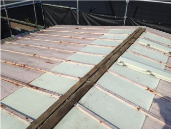 解体されたトタン屋根